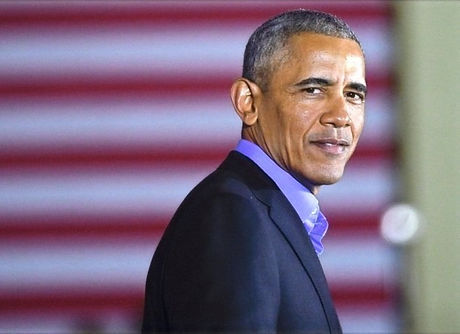 Barack Obama in front of American flag_e
