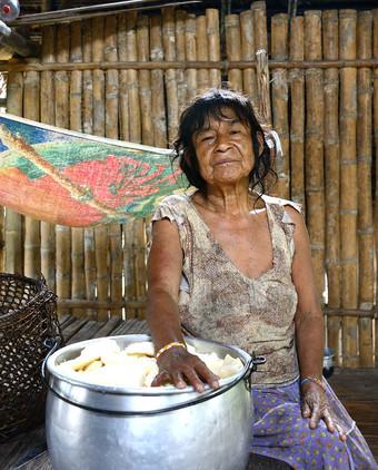 p58 (Abuela preparando masato).jpg