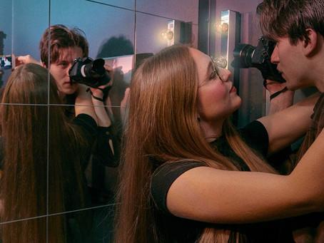 """RECENSION: Digital utbytbarhet möter ovanliga relationer i dokumentären """"PARNING"""""""