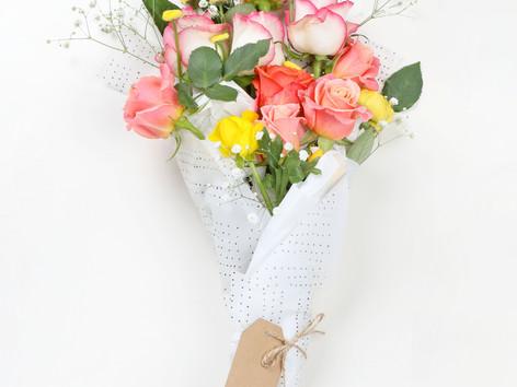 משהו מניחוח הוורד תמיד ישאר ביד המגישה את הפרחים...