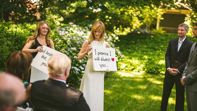bride using cue cards to make speech