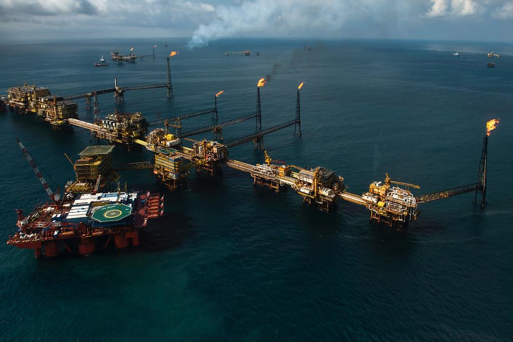 Foto aérea con plataforma petrolera