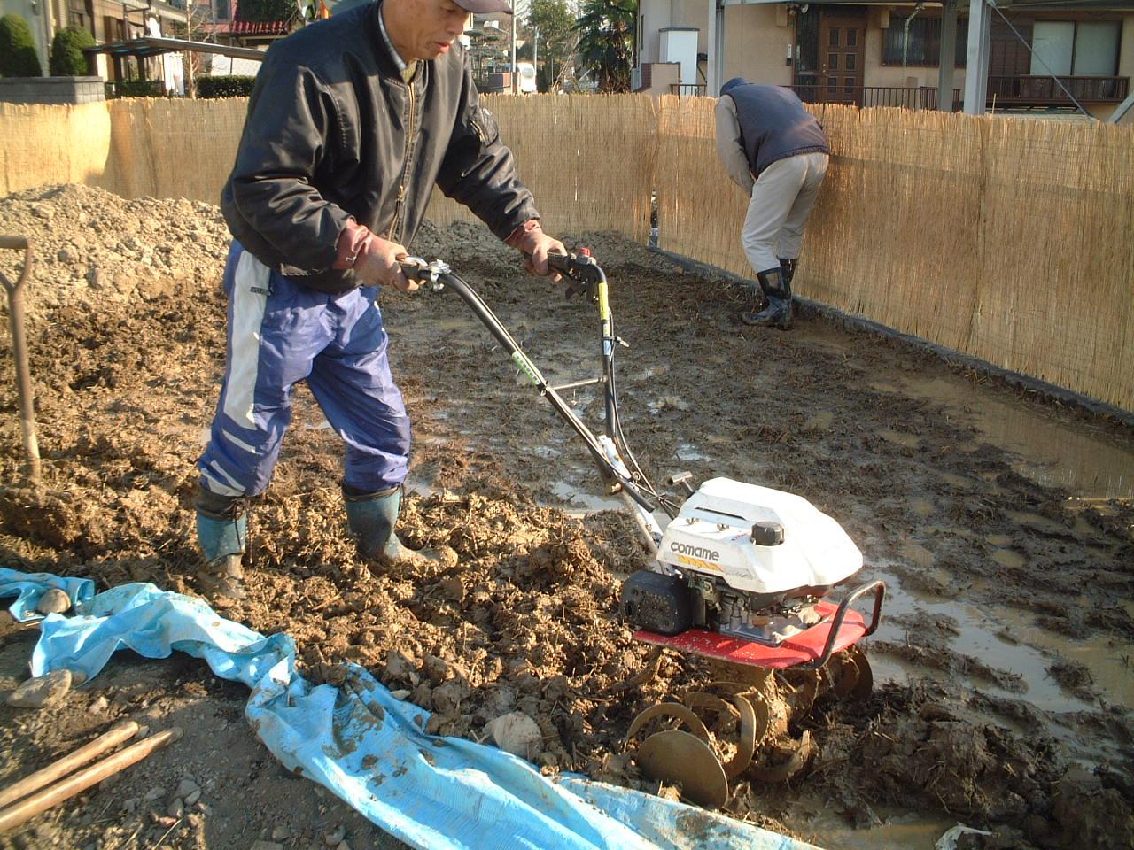 土をかきまわす