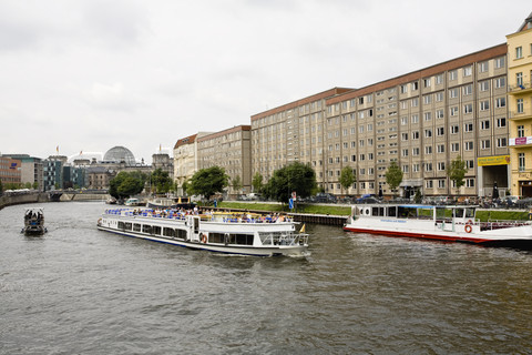 1921795-809351-james-hardy-altopress-maxppp-germany-berlin-tour-boat-on-the-rive