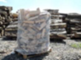 palivové dřevo na paletě