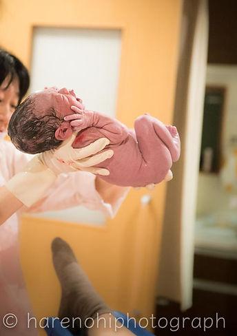 豊島産婦人科で出産直後の赤ちゃん。ハレノヒ写真では出産立会い撮影を承っております