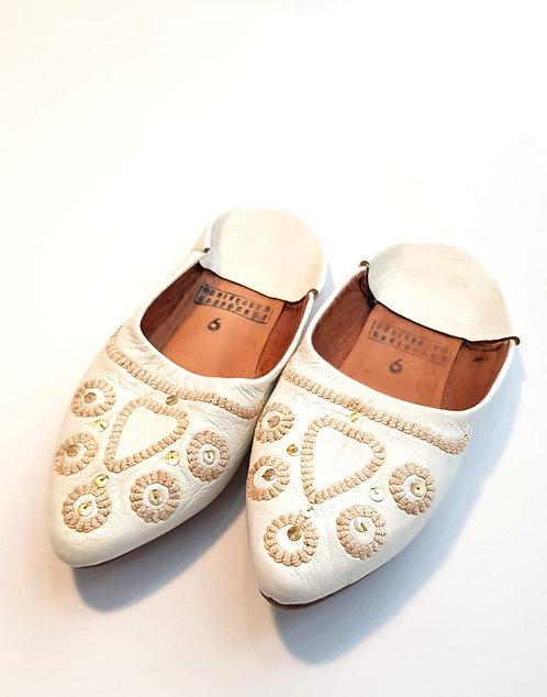 36 נעלי עור לבנות ורקמה Morocco I