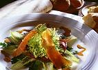 Silvester Gemischter Salat mit Lachs und grüner Dressing Creme im Restaurant ROMA in Naters