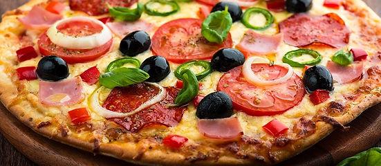 Verschiedene Pizzen Variationen im Restaurant ROMA im schönen Wallis geniessen