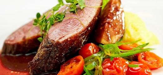 Verschiedene Fleisch Gerichte a la ROMA Naters im Unesco Weltnatur Erbe.