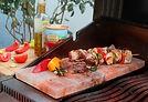 Mix Grill Fleisch auf Himalaya Salz Stein im Restaurant Cafe Bar Roma im Herzen von Naters
