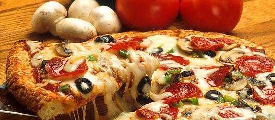 Verschiedene Pizzen Variationen im Restaurant ROMA im schönen Wallis