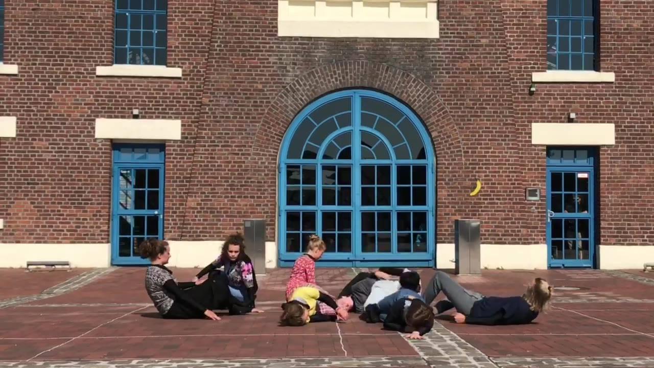 PERFORMANCE Nr. 1 Tag 2 - Pottfiction 2018.  Premiere »Marmeladenglasmomente – Eine utopische Reise ins Innere«  Kinder - und Jugendtheater Dortmund  Die Welt, in der wir uns bewegen, erscheint uns durch Nachrichten, Facebook-Newsfeeds oder Twitter-M