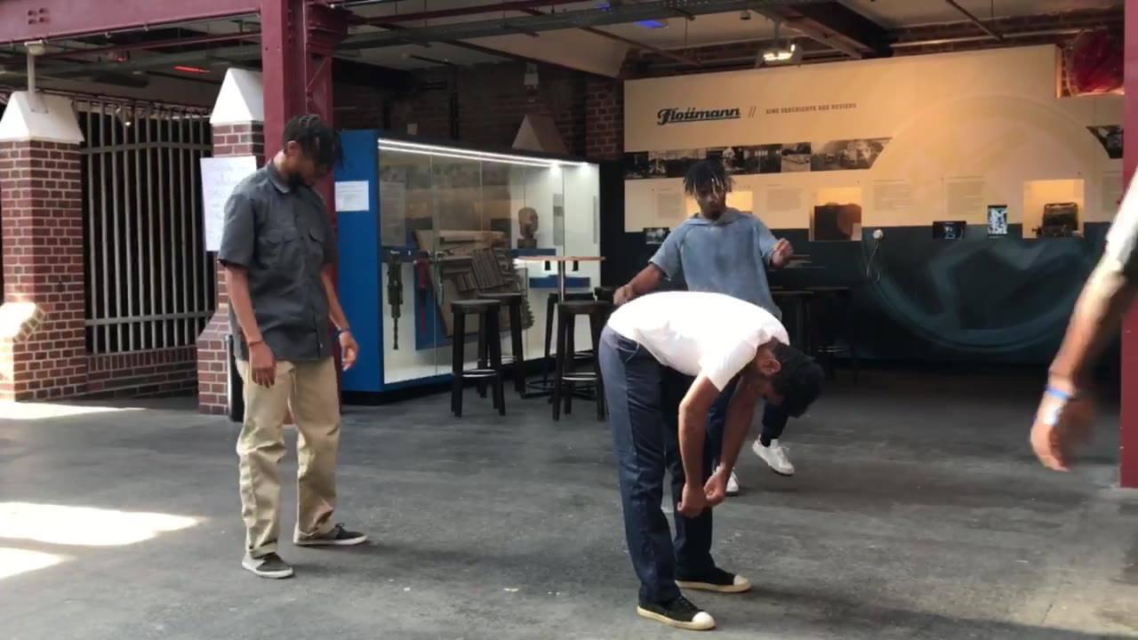 """PERFORMANCE Nr. 1 Tag 1 - Pottfiction 2018  Premiere: »OPUS«  Marseille - Friche la Belle de Mai  Eine Recherche zum Thema """"Arbeit"""".  Basierend auf der Breakdance-Technik des """"Popping"""", suchen die Tänzer nach Parallelen zwischen ihren Gesten und der"""