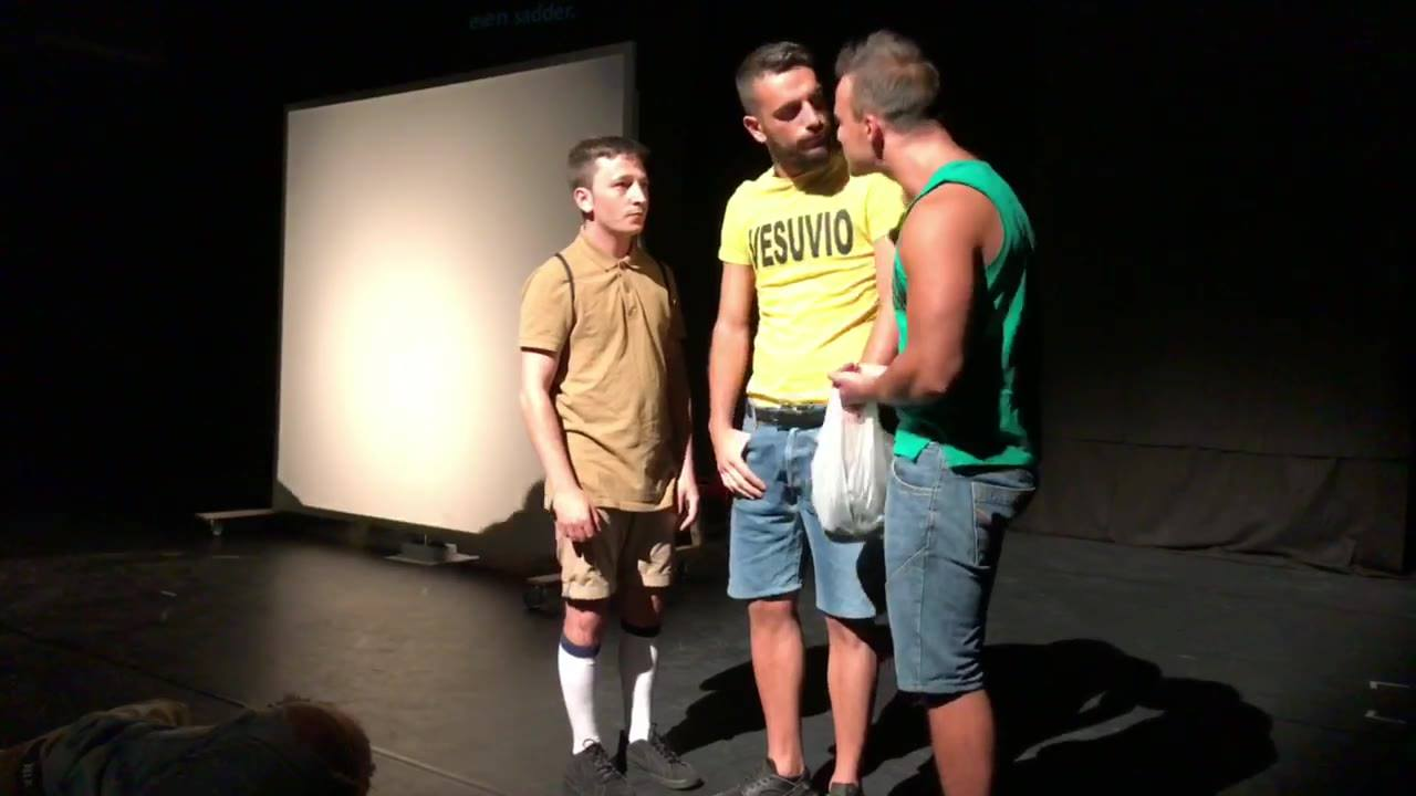 "PERFORMANCE Nr. 3 Tag 1 - Pottfiction 2018  Premiere: »I kiwi di Napoli«  Neapel - Nuovo Teatro Sanità  Gefördert durch: Auswärtiges Amt  #pottfiction18  http://pottfiction.ruhr/index.php/Festival  Der Text ""I kiwi di Napoli"" (""Kiwis von Neapel"") wur"