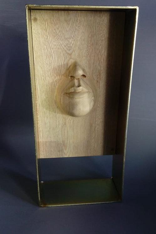 Rostro de madera tallada.