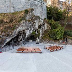 Parvis des grottes de Lourdes