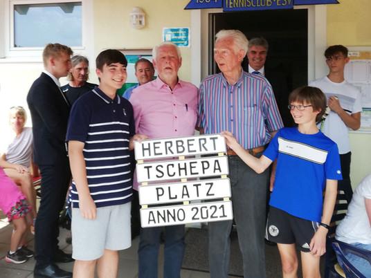 """Ehrung für Herbert Tschepa: Tennisplatz Nr. 5 heißt ab sofort  """"Herbert Tschepa-Platz"""""""