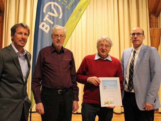 Günter Grzega ist mit der goldenen Ehrennadel des Tennis-Bezirks Mittelfranken ausgezeichnet worden.