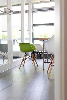 Salle et chaise verte.jpg