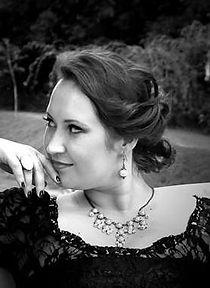 Iza Kopec, Sopran; Galathée (Die schöne Galathée - Suppé), Aurore (Das Bildnis der Manon (Le Portrait de Manon) - Massenet), Griletta (Der Apotheker (Lo speziale) - Haydn)