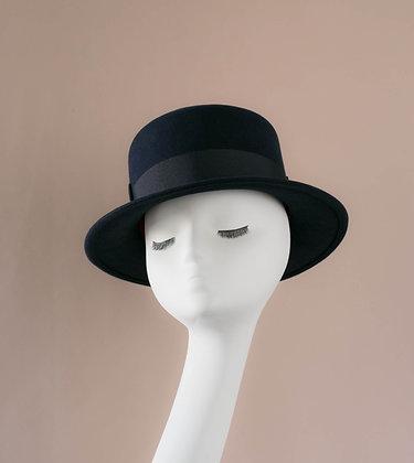 Hand-blocked hat in navy blue fur felt