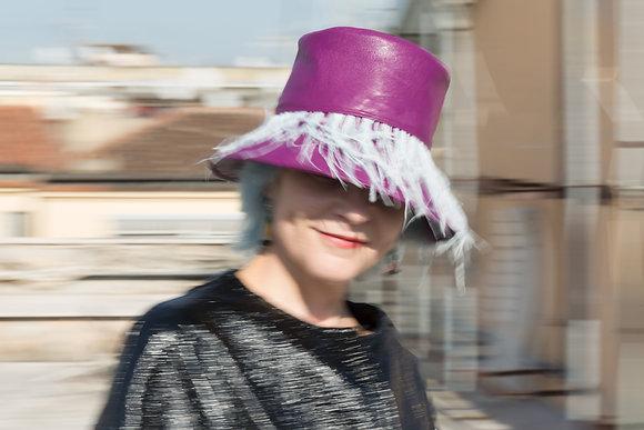 Bucket Hat in Eco Pelle Magenta con Frangia di Piume Celeste