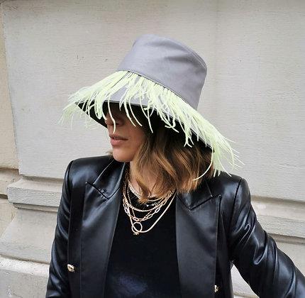 Bucket Hat in Eco Pelle Grigio con Frangia di Piume Giallo Limone