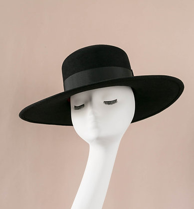 Hand-blocked large brimmed hat in black fur felt