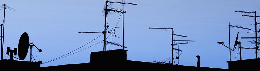 Une forêt en antennes de Télévision sur les toits