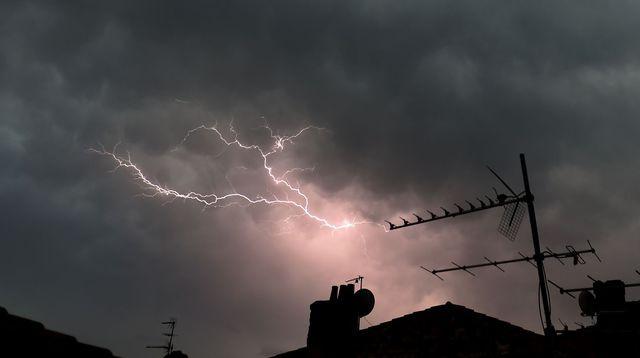 La Foudre semble frapper une antenne de télévision numérique terrestre TNT