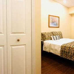 Apartment Suite. Bedroom with 1 queen bed.