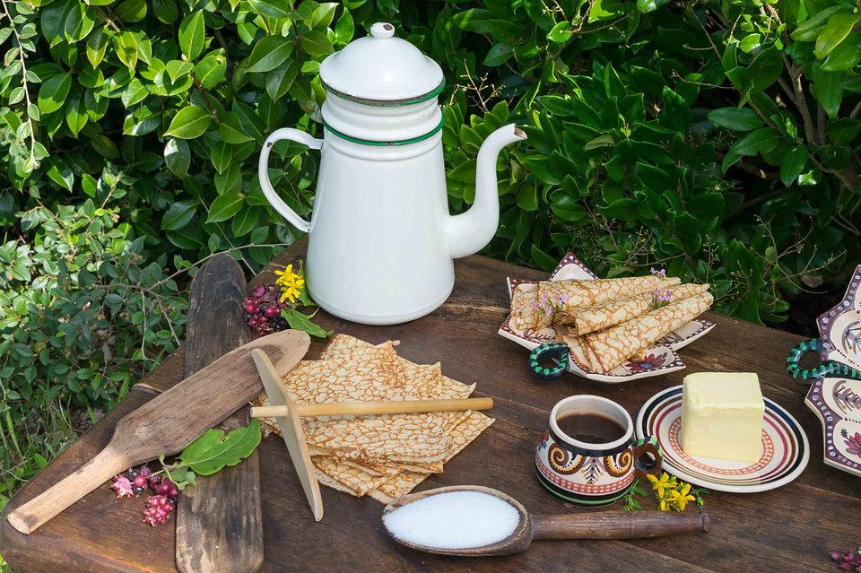 Crêpes maison avec beurre et tasse de café