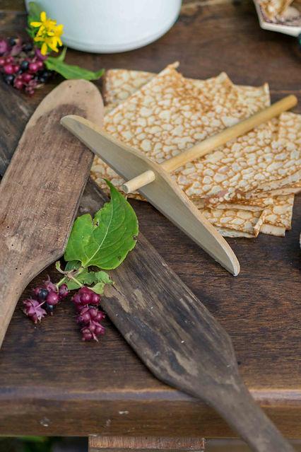 Crêpes bretonnes avec rozell et spatules en bois