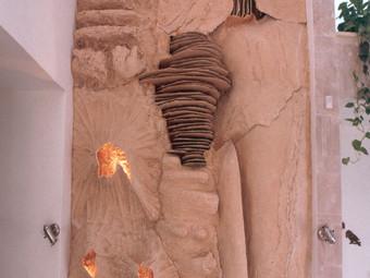 קיר פיסולי מעוצב בכניסה לבית