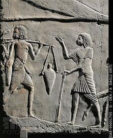 אז מי בכלל המציא את פסלי הקיר?
