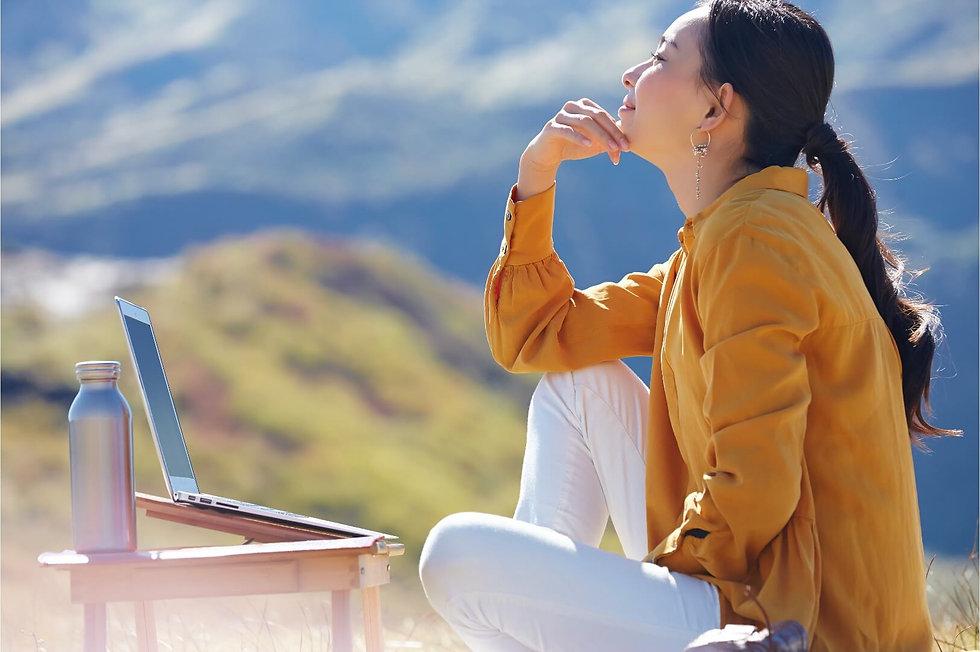 草原で仕事をする女性のコピー.jpg