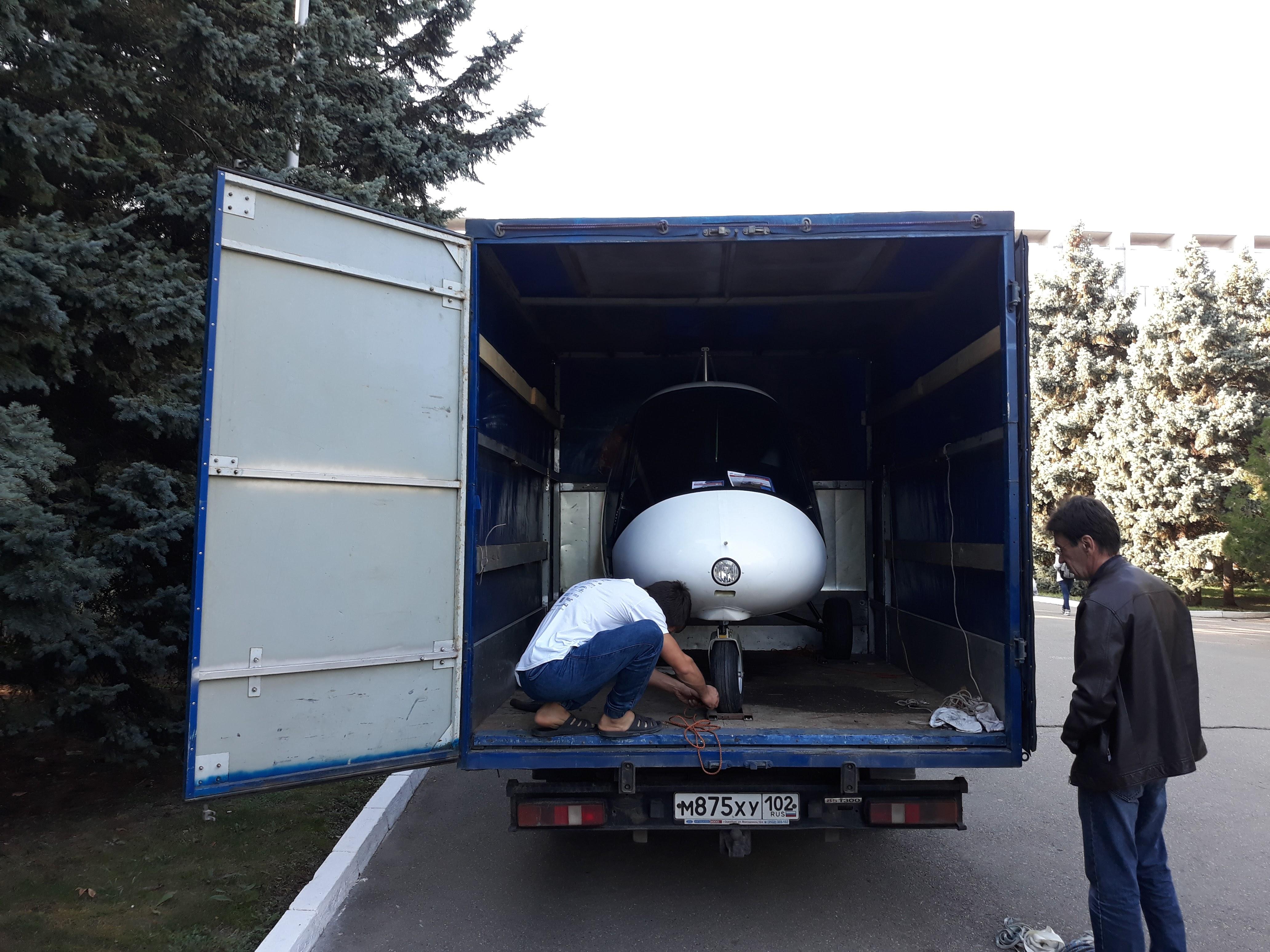 Погрузка самолета Птенец-3 в автофургон