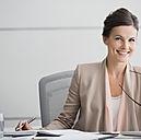 Geschäftsfrau lacht in Kamera