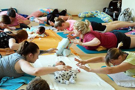 Frauen bei der Rückbildungsgymnastik.