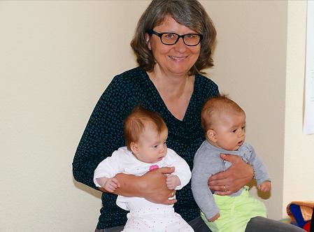 Hebamme Anne Nixdorff-Schickle mit Babys