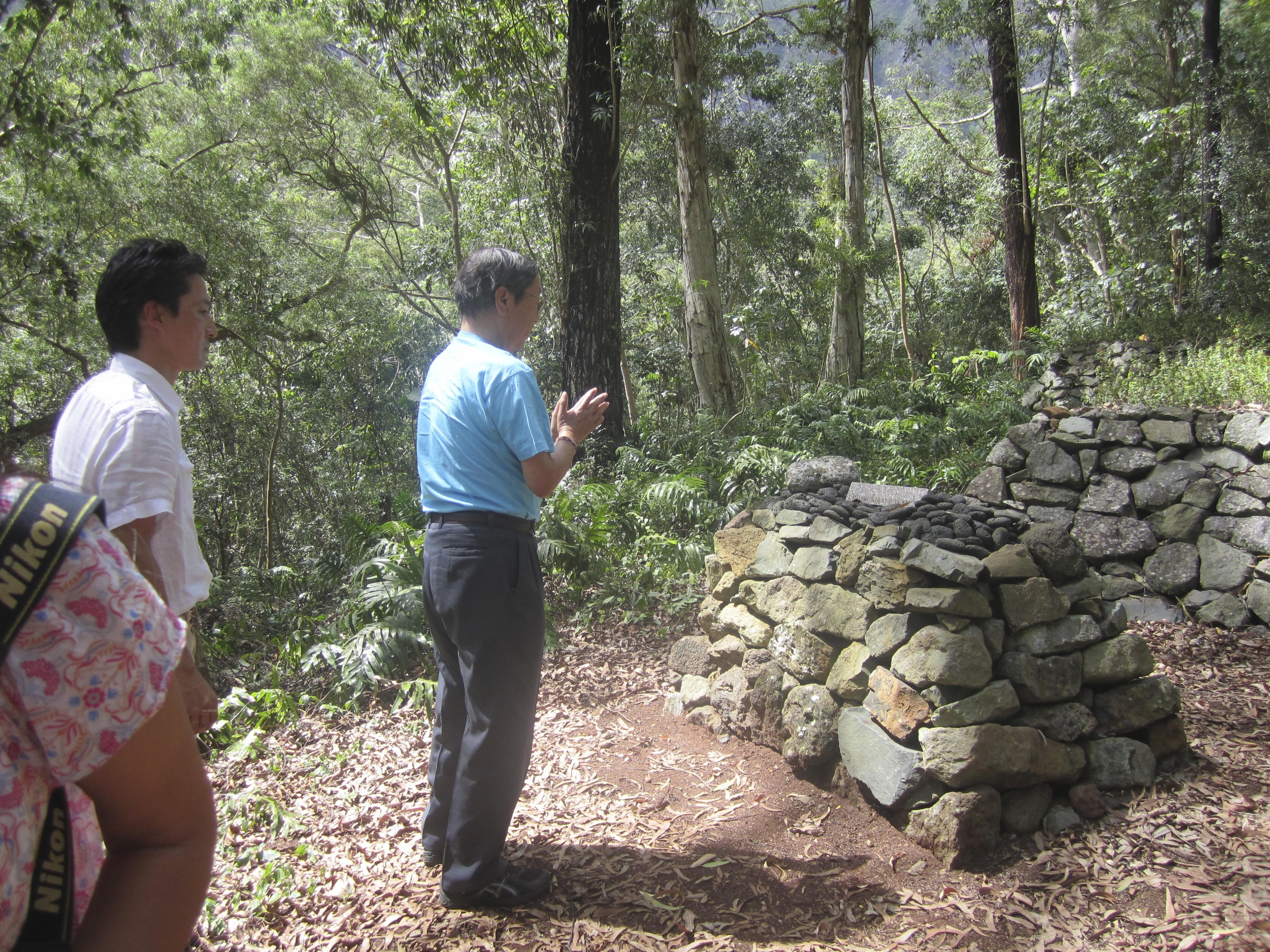 ヴァヒパナに祈りを捧げる江本先生