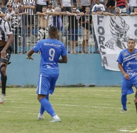 Com mais expulsões do que gols, Goyta e Cano ficam no empate