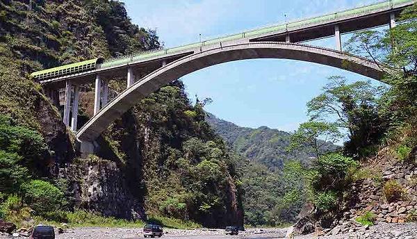 圖說:新武界引水道拱橋橫跨濁水溪,長約165公尺,距河面達55公尺高,是武界的新