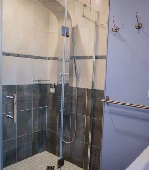 sanitaire dans la chambre, grande douche italienne