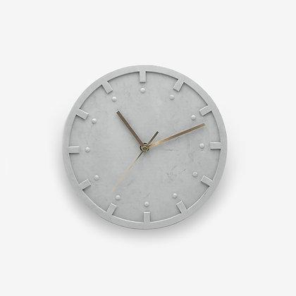 שעון בטון אפור נורדי מודרני מחוגים זהב לעיצוב פנים