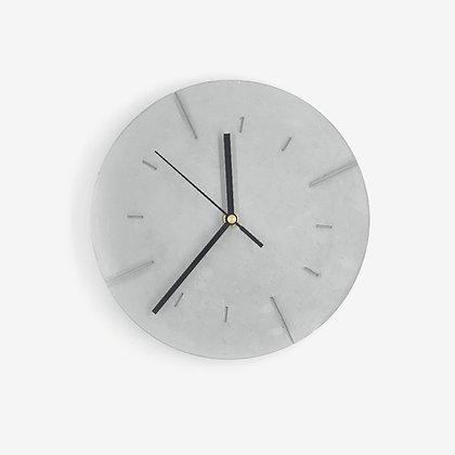 שעון קיר מבטון עם מחוגים שחורים לעיצוב הבית
