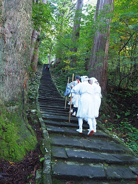You can decide whether to climb up the rest of the stone steps, or go back to Zuishinmon to take the bus bound for the top of Mt. Haguro.
