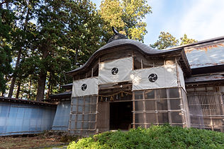 This once Buddhist temple was built in 1697. After the religious separation between Shinto and Buddhism proclaimed by the government in 1868, it became an annex to the Dewa Sanzan shrine. It is now a pilgrim lodge and a shojinryori restaurant.