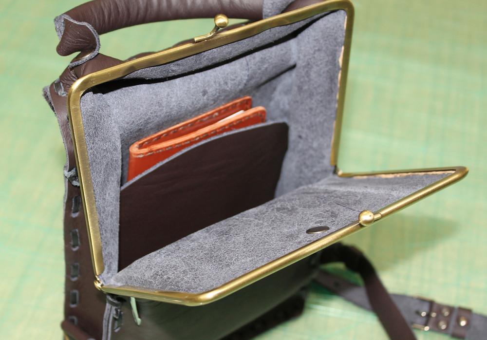 内ポケットにはお手製の財布がチラリ